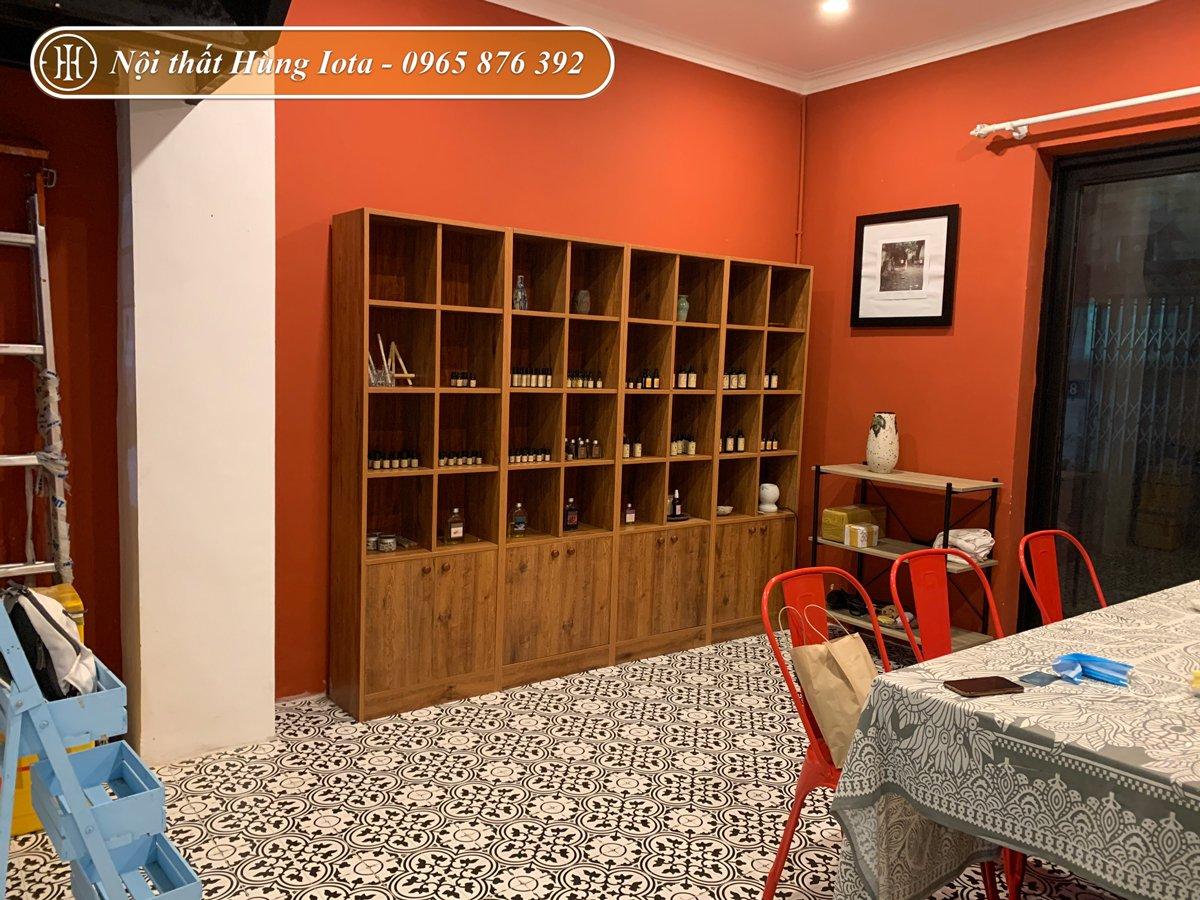 Tủ trưng bày sản phẩm spa màu nâu gỗ tại Hà Đông