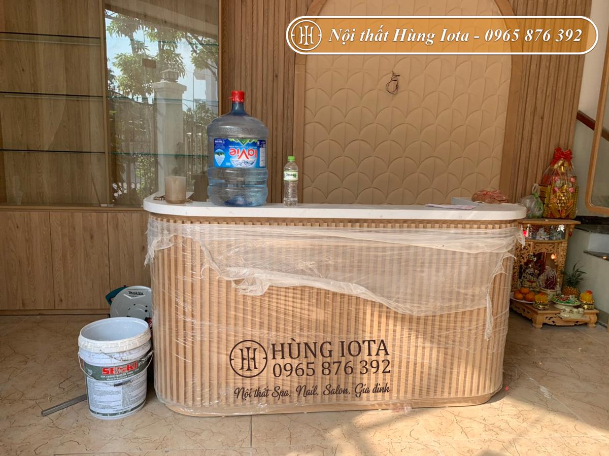Lắp đặt quầy lễ tân màu gỗ cho spa dưỡng sinh