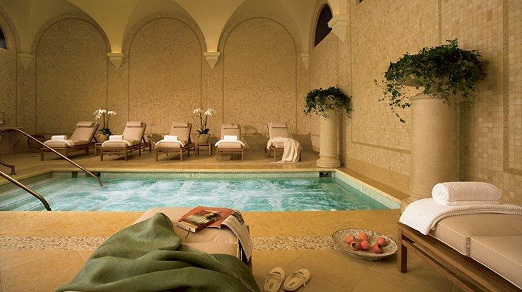 Bể bơi trong nhà của spa mini đẹp thơ mộng