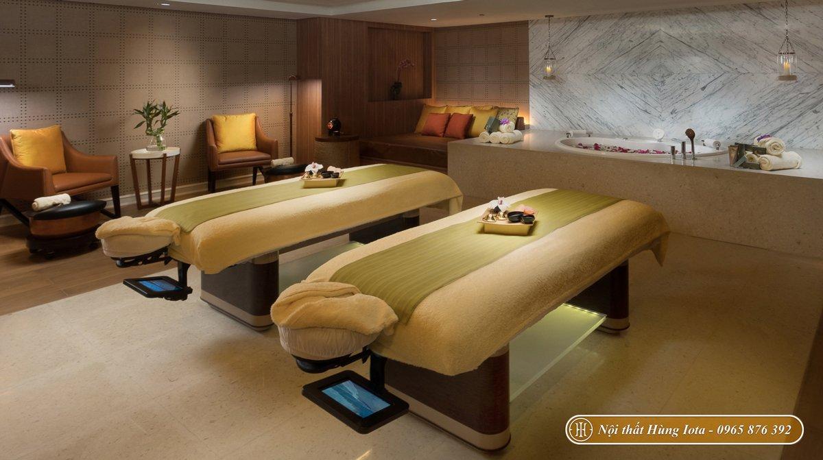 Nội thất phòng spa có giường massage và ghế làm nail
