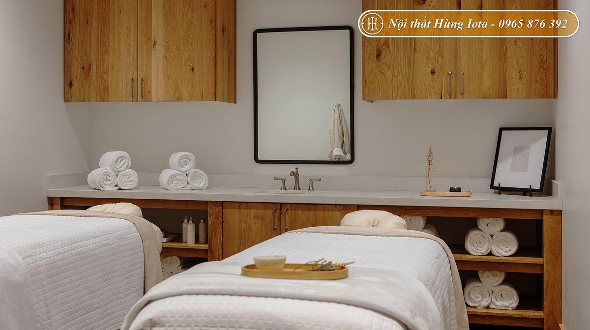 Thiết kế phòng spa có giường massage màu trắng