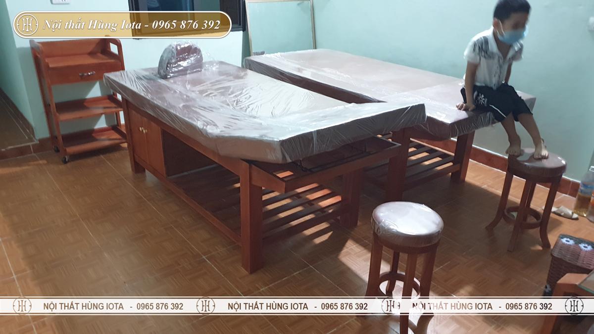 Giường gỗ phòng khám, ghế gỗ chân quỳ, xe đựng dụng cụ cao cấp