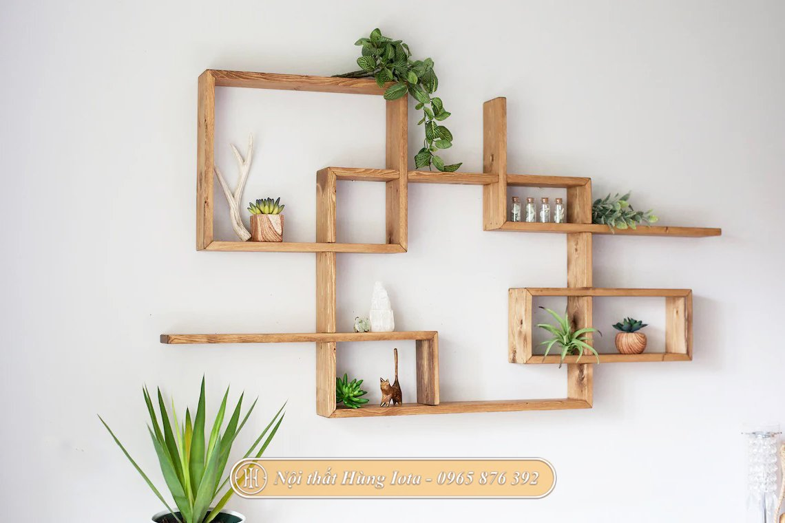 Kệ treo tường trang trí nhà hàng đẹp độc đáo màu gỗ
