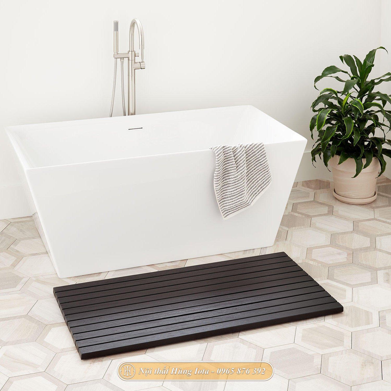 Thảm gỗ lót sàn phòng tắm màu đen hiện đại