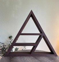 Kệ gỗ hình tam giác đẹp màu óc chó decor cho gia đình, quán cafe KG74
