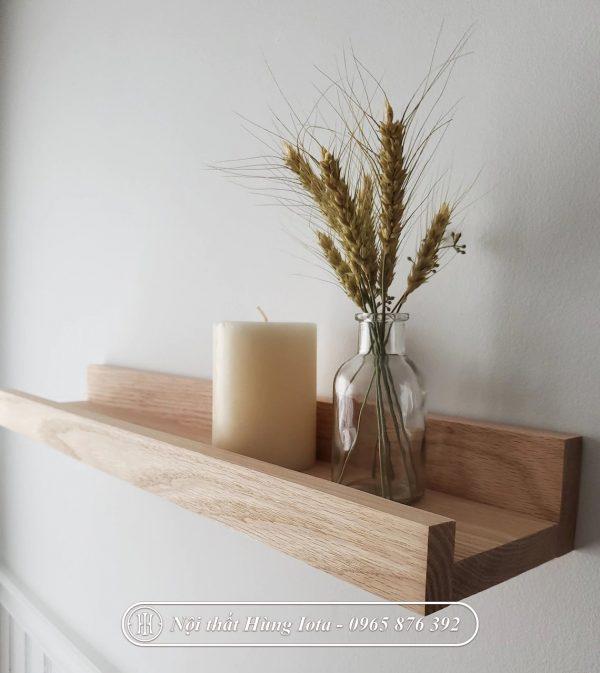 Kệ gỗ treo tường có gờ decor quán cafe